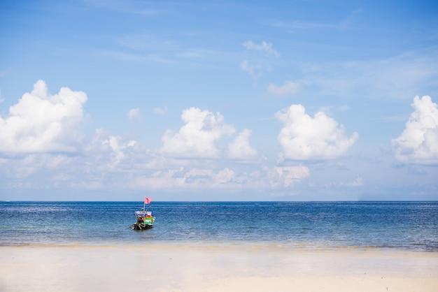 Cielo perfetto e acqua dell'oceano