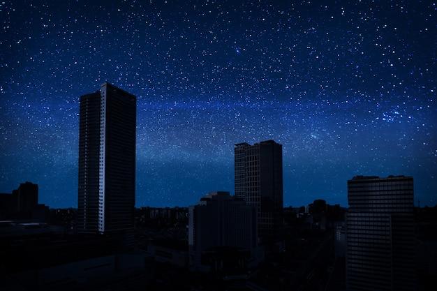 Cielo pieno di stelle nella città oscura
