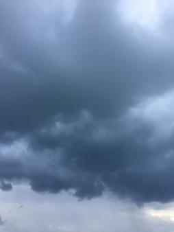 Cielo serale con nuvole di forme diverse. cloudscape crepuscolo tempestoso.