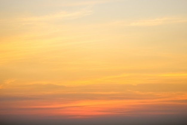 Cielo sereno con cielo nuvoloso
