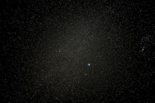 Cielo sereno nella notte stellata. un po 'di stile vignetta.