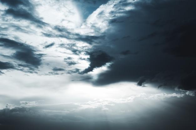 Cielo super drammatico e celeste con nuvole dopo una breve pioggia