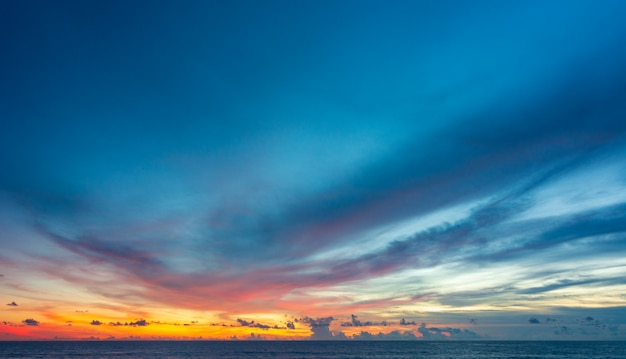 Cielo variopinto astratto con la vista di tramonto nella sera o nel fondo delle nuvole e di alba
