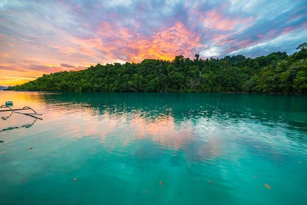 Cielo variopinto strabiliante al tramonto in indonesia
