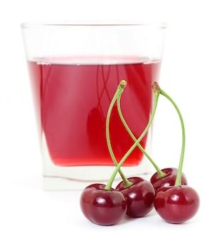 Ciliegie e un bicchiere di succo di ciliegia