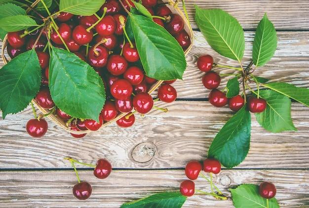 Ciliegie rosse messa a fuoco selettiva cibo natura frutto.