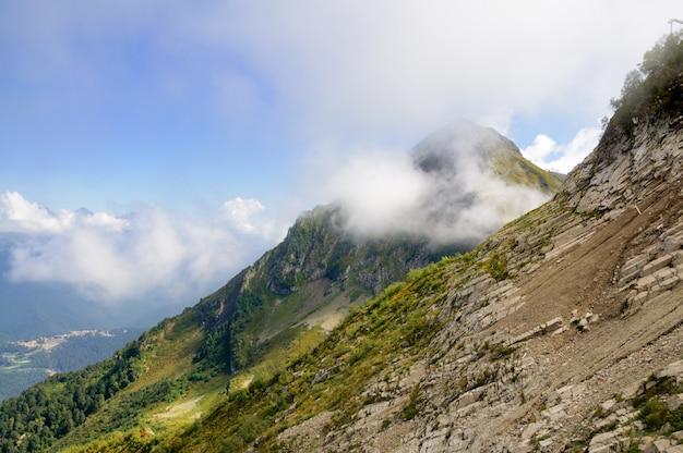 Cima della montagna tra le nuvole
