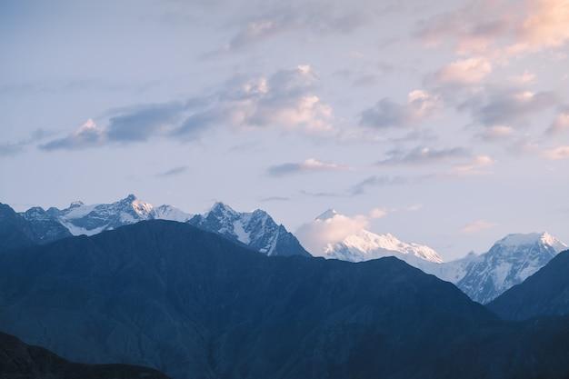Cime innevate della catena montuosa del karakorum. gilgit baltistan, pakistan.
