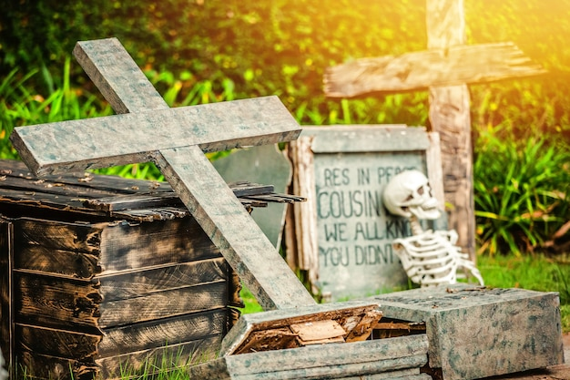 Cimitero notturno, cimitero di halloween con lapidi, croci e lapidi