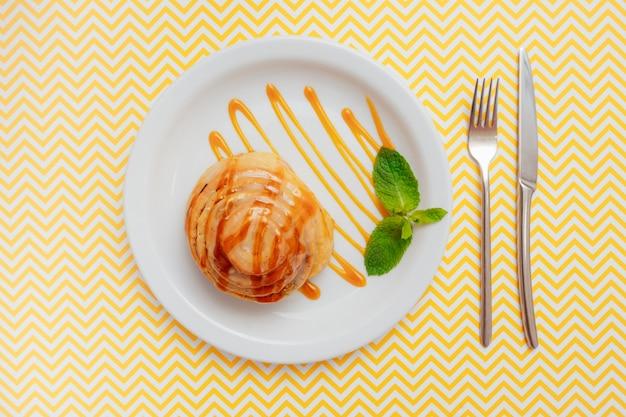 Cinabro arancione in un piatto con una foglia di menta