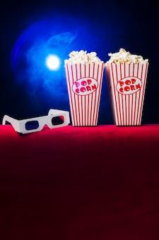 Cinema con scatola di popcorn e occhiali 3d