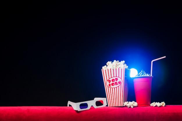 Cinema con scatola di popcorn