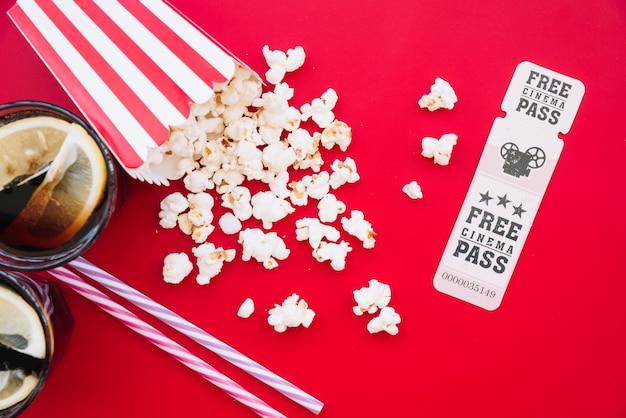 Cinema popcorn box con un biglietto