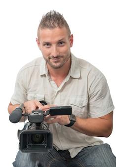 Cineoperatore con videocamera professionale su bianco