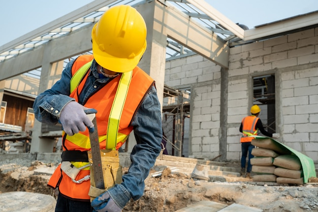 Cinghia di sicurezza d'uso dell'ingegnere civile e linea di sicurezza che stanno al cantiere, ingegnere che lavora al cantiere.