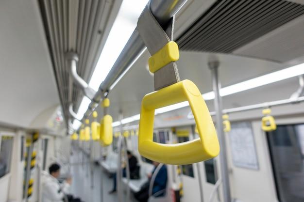 Cinghie appese in metropolitana