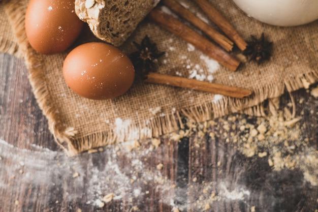 Cinnamons e uova sono posti sul sacco e sulla farina