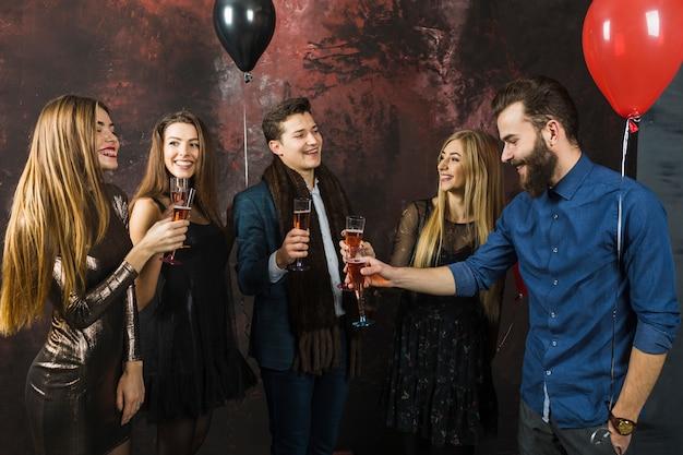 Cinque amici che hanno una festa del 2018
