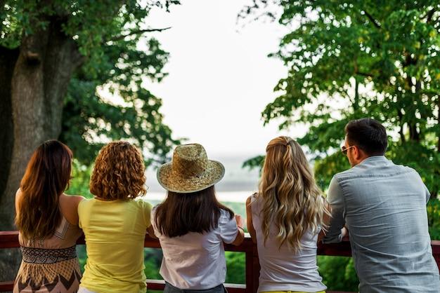 Cinque amici che si godono la vista dalla terrazza.