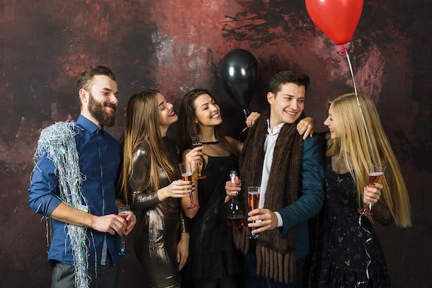 Cinque amici felici che celebrano il 2018