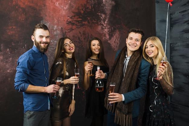 Cinque amici festeggiano il 2018
