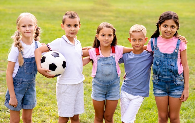 Cinque bambini in posa insieme per una foto