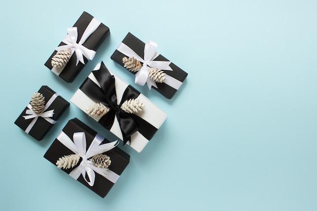 Cinque contenitori di regalo di natale sull'azzurro