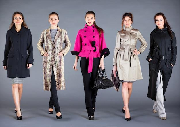 Cinque donne in abiti diversi, abiti della collezione autunno inverno