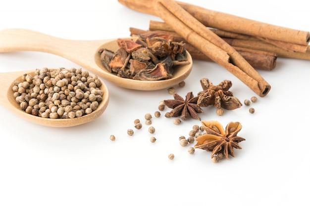 Cinque ingredienti spezie