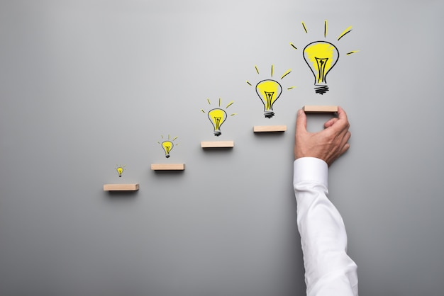 Cinque lampadine disegnate a mano che rappresentano una nuova idea