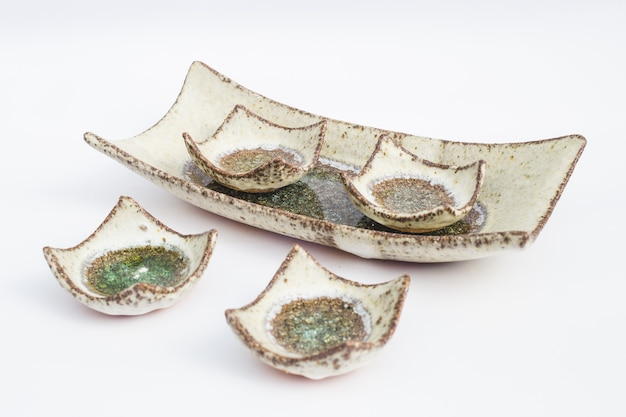 Cinque pozzi in gres ceramico con sfondo bianco