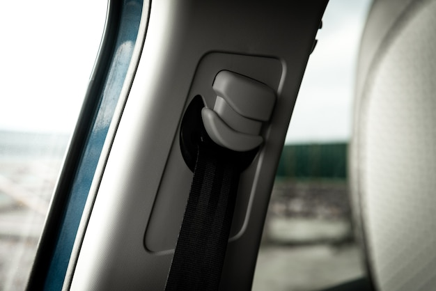 Cintura di sicurezza in interni auto nera.