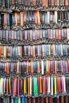 Cinture colorate sul mercato