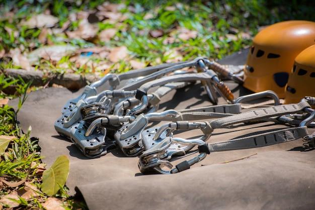 Cinture di sicurezza con carabina e casco. attrezzatura da corsa a ostacoli per attività all'aperto e sport.