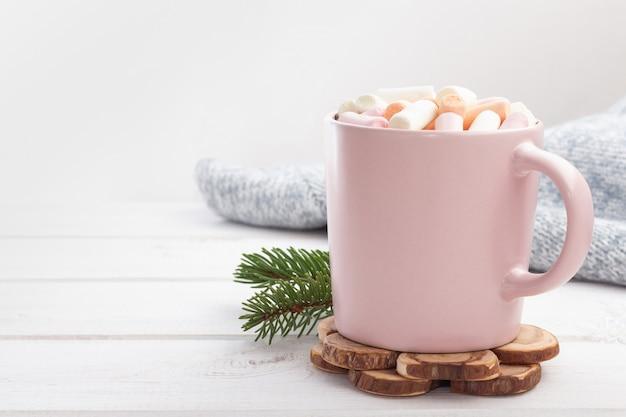 Cioccolata calda (cacao) con marshmallow in una tazza rosa