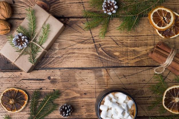 Cioccolata calda con marshmallow, bastoncini di cannella, anice e pigne