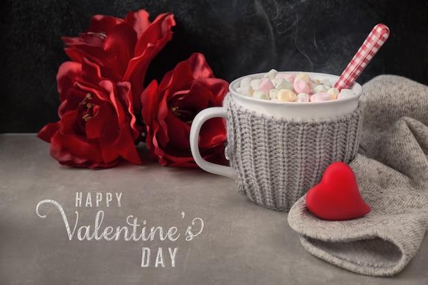 Cioccolata calda con marshmallow, cuore rosso sulla tazza nella scheda
