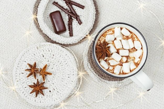 Cioccolata calda con marshmallow e bastoncini di cioccolato