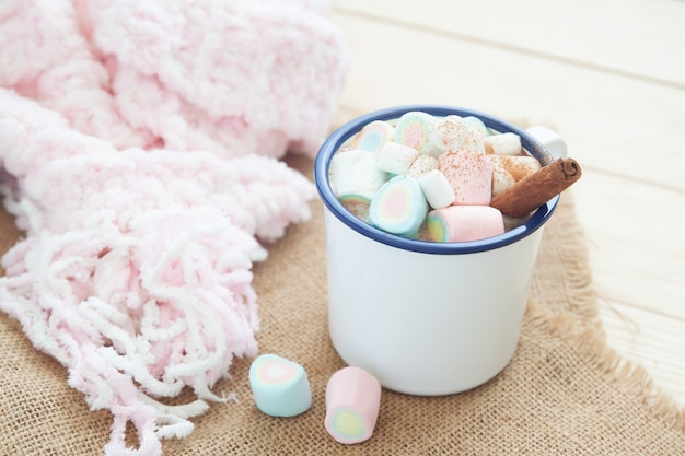 Cioccolata calda con marshmallow e stecca di cannella. stile di vita invernale