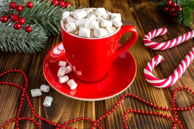 Cioccolata calda con marshmallow nella tazza rossa
