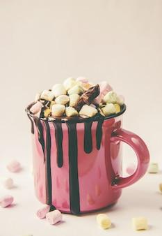Cioccolata calda e marshmallow su sfondo di natale. messa a fuoco selettiva