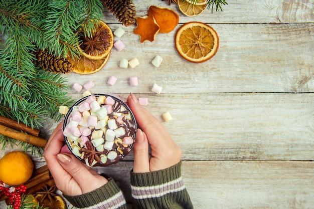 Cioccolata calda e marshmallow su sfondo di natale