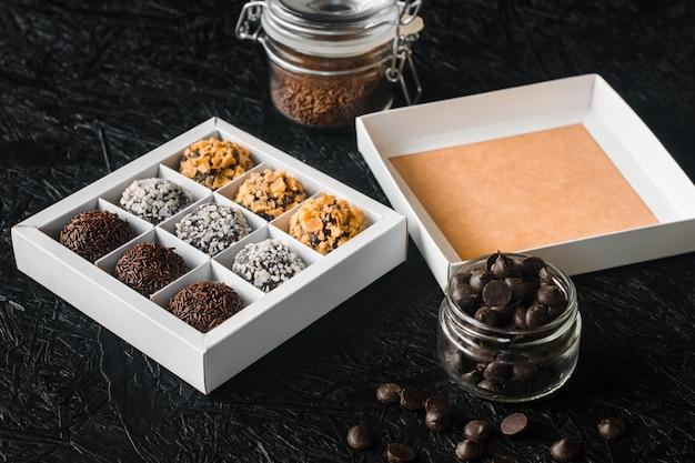 Cioccolatini fatti in casa in una scatola