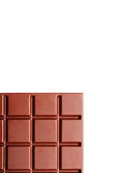 Cioccolato al latte di forma quadrata su bianco