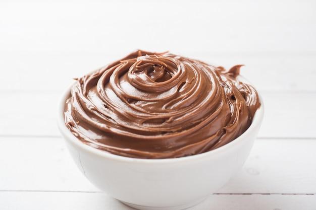 Cioccolato alle noci torrone in un piatto