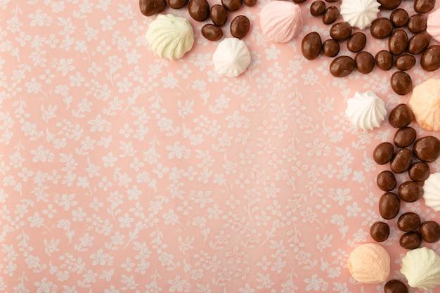 Cioccolato con arachidi e caramelle gommosa e molle su uno sfondo di tessuto