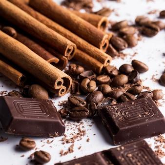 Cioccolato con cannella e chicchi di caffè