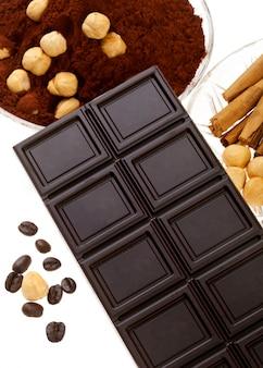 Cioccolato con chicchi di caffè, cacao in polvere, cannella e arancia essiccata
