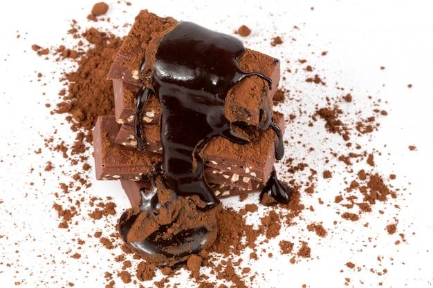 Cioccolato con fondo bianco isolato noce del cacao