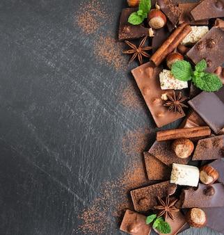 Cioccolato con noci su una pietra nera